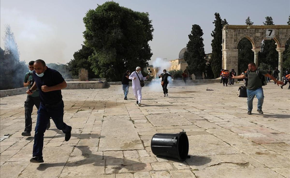 Siguen los choques entre palestinos e israelís en una Jerusalén tensionada. En la foto, enfrentamientos en la Explanada de las Mezquitas.