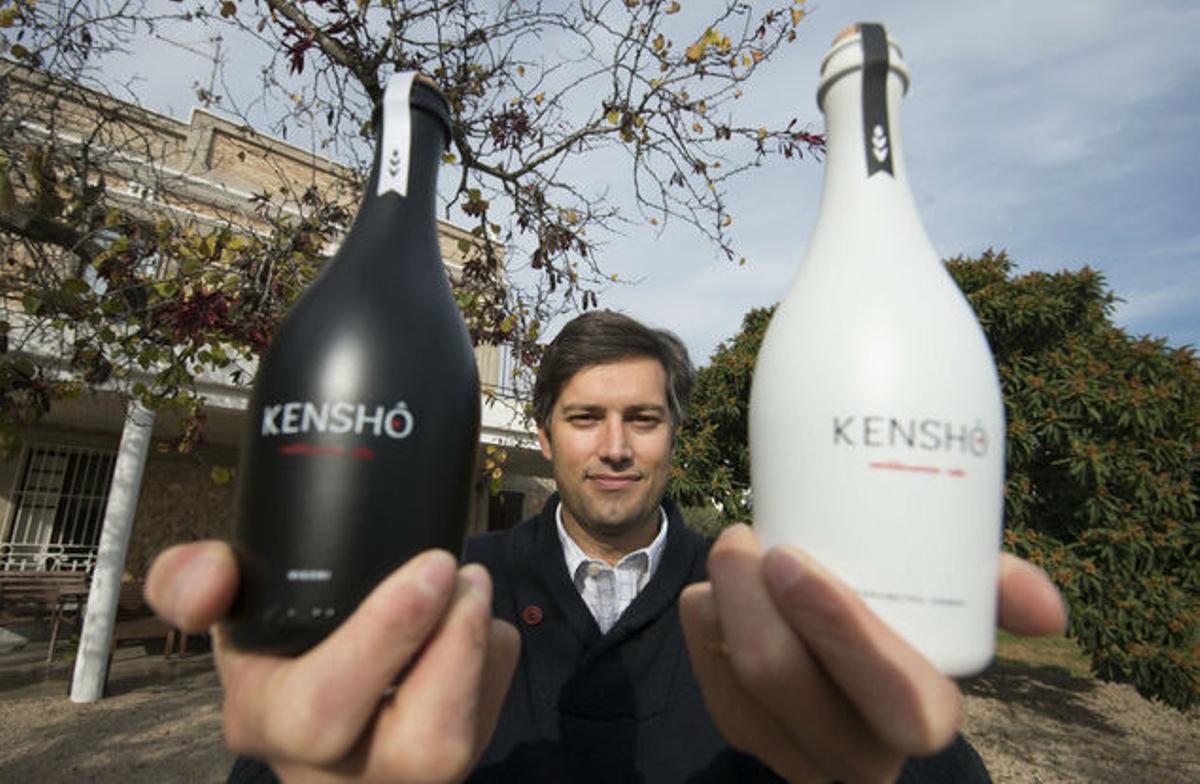 Humbert Conti con unas botellas de su sake Kensho.