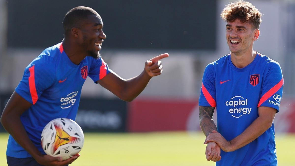 Griezmann (derecha) sonríe junto a Kondogbia en un entrenamiento del Atlético.