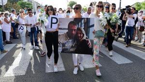 Veronique Monguillot, la mujer del conductor del autobús agredido por negar el viaje sin mascarilla en Bayona (Francia), flanqueda por sus dos hijas, el pasado día 8.
