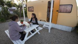 Caravana vintage en el camping Miramar, situado en la comarca del Baix Camp en Tarragona, en 2017.