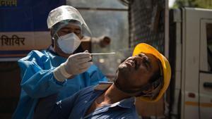 Un trabajador de la construcción se somete a una prueba de coronavirus en Nueva Delhi, India.
