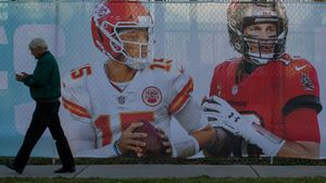 Fotografías de Tom Brady y Patrick Mahomes, las estrellas de la final de la Superbowl, en una calle de Tampa, la sede del partido.