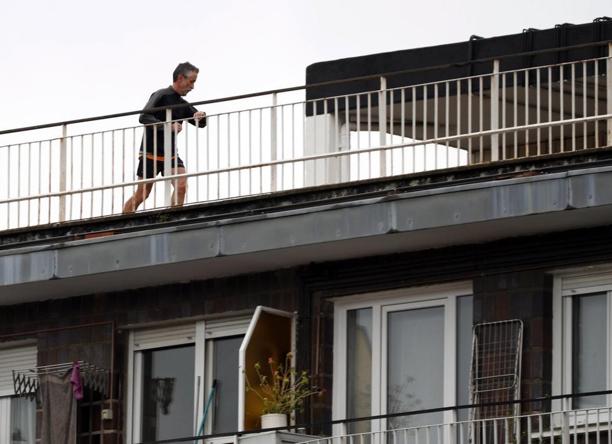 Un hombre corre por una terraza, esta semana en Bilbao.