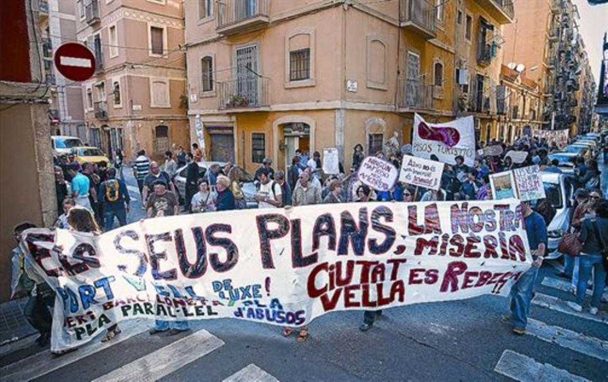 Vecinos de cinco barrios protestaron ayer por las calles de la Barceloneta camino de la plaza de Sant Jaume.