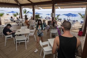 La majoria de xiringuitos de platja de Catalunya han obert contra vent i marea