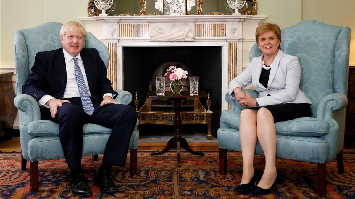 Boris Johnson junto a la ministra principal de Escocia,Nicola Sturgeon, en Edimburgo, el pasado mes de julio.