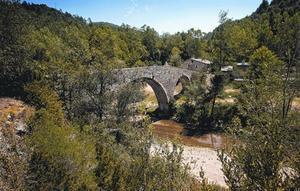 El pont de Malafogassa, a sobre de la riera gairebé seca.