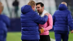 Koeman charla con Messi tras el triunfo del Barça en Turín.
