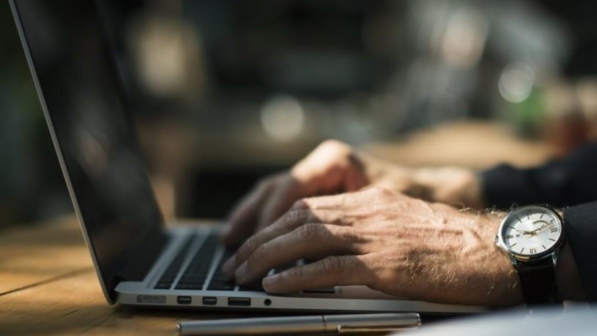 Persona tecleando un ordenador.