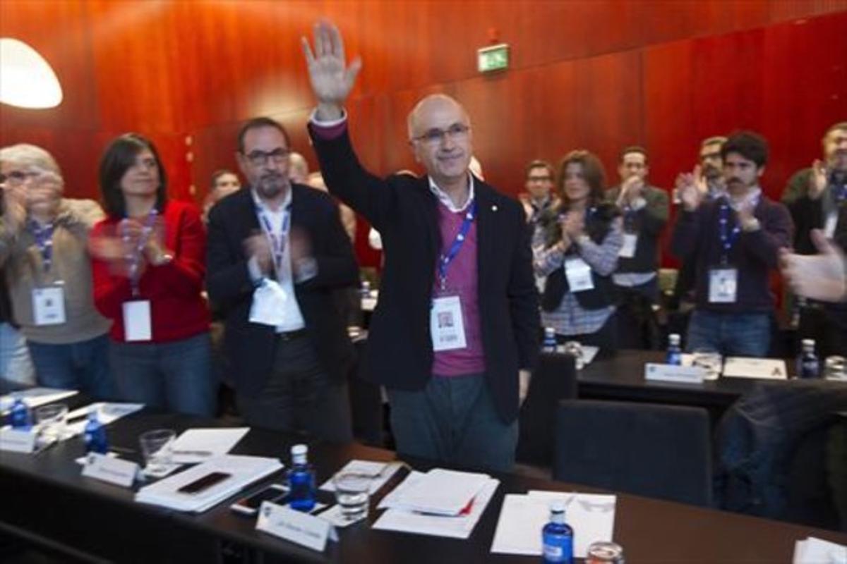 Duran Lleida, recibe la ovación de Ramon Espadaler, Montse Surroca y Josep Sánchez Llibre (de derecha a izquierda).
