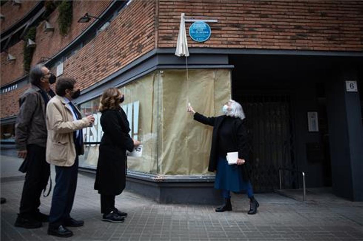 El Ayuntamiento de Barcelona rinde homenaje al poeta Jaime Gil de Biedma que vivió en la calle Pérez Cabrero número 6 de la ciudad condal. David Zorrakino