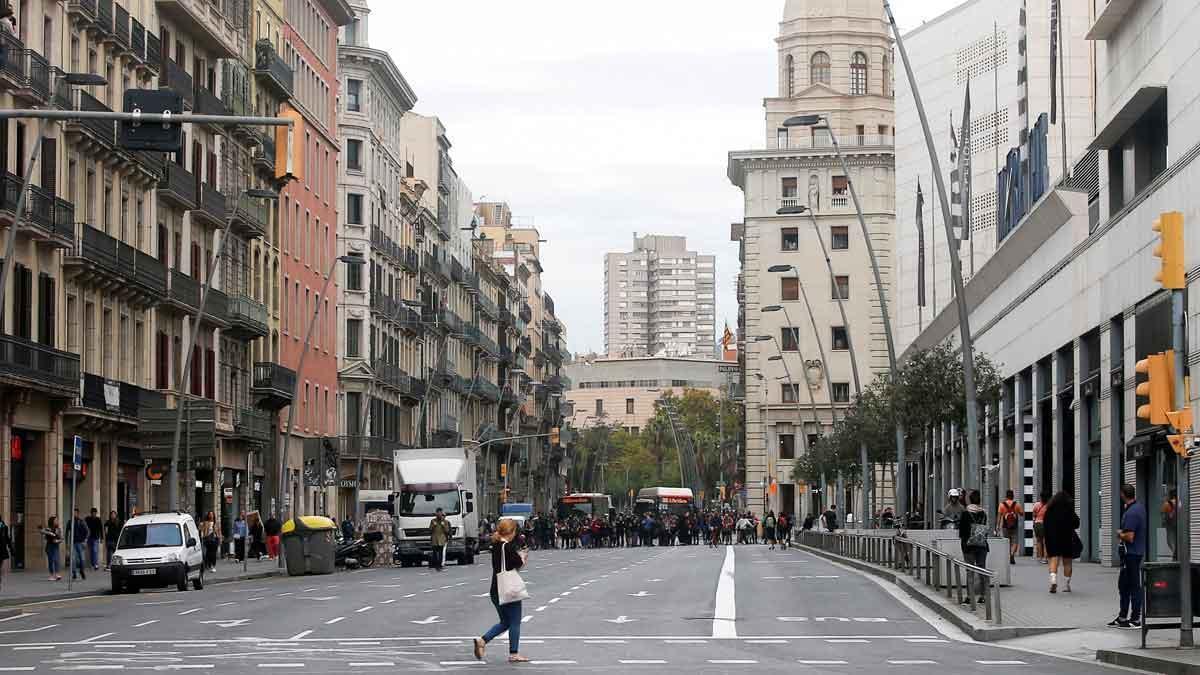 Tiendas cerradas y poco tráfico en Horta-Guinardó y Gràcia