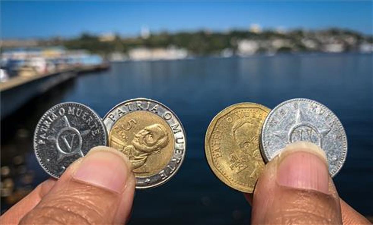 El emblema patria o muerte en las monedas cubanas.