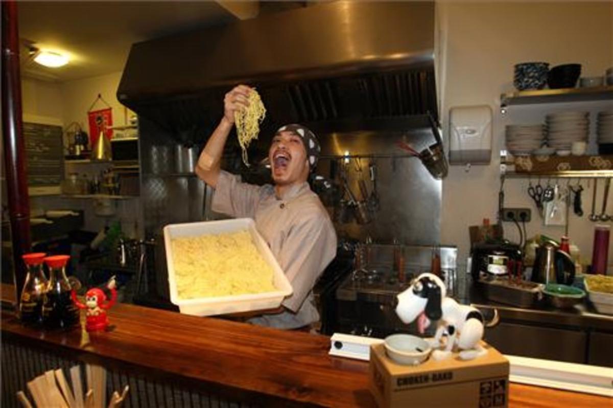 Hiroki Yoshiyuki, con los fideos de ramen que elabora en el restaurante. Foto: Francesc Casals