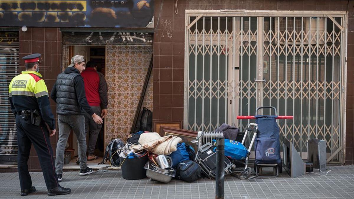 Los Mossos desalojan una ocupación de origen criminal en el barrio de Sants la pasada semana.