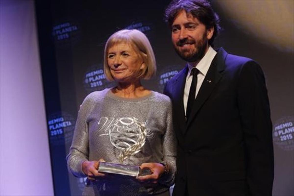 La escritora Alicia Giménez Bartlett y Daniel Sánchez Arévalo, anoche, en Barcelona, duarnte la entrega del Premio Planeta.