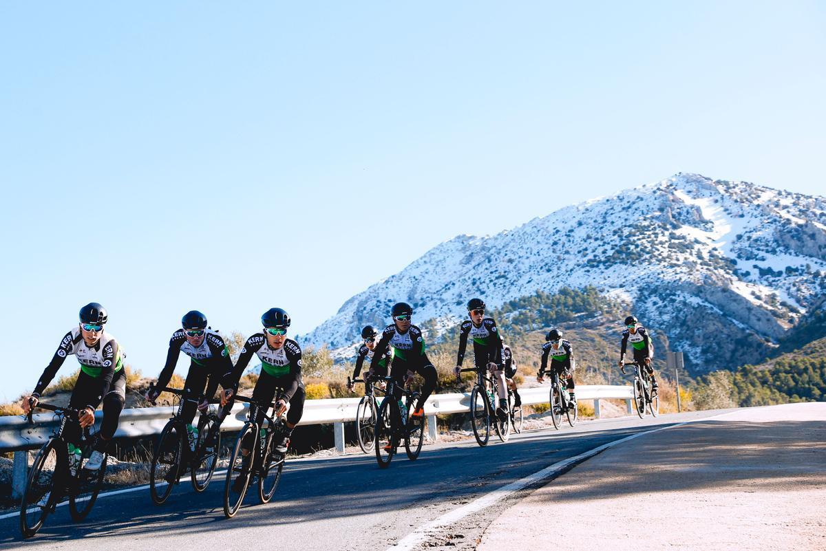 Los ciclistas del Kern Pharma, en pleno entrenamiento.