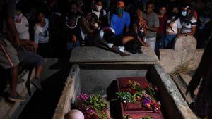 Familiares y amigos de Cristalinda Goitia y su hijo, Cristian, lloran sus muertes en un naufragio cuando intentaban llegar a Trinidad y Tobago en busca de un futuro mejor, este miércoles en Güiria.