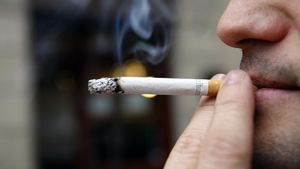 Un hombre fumando.
