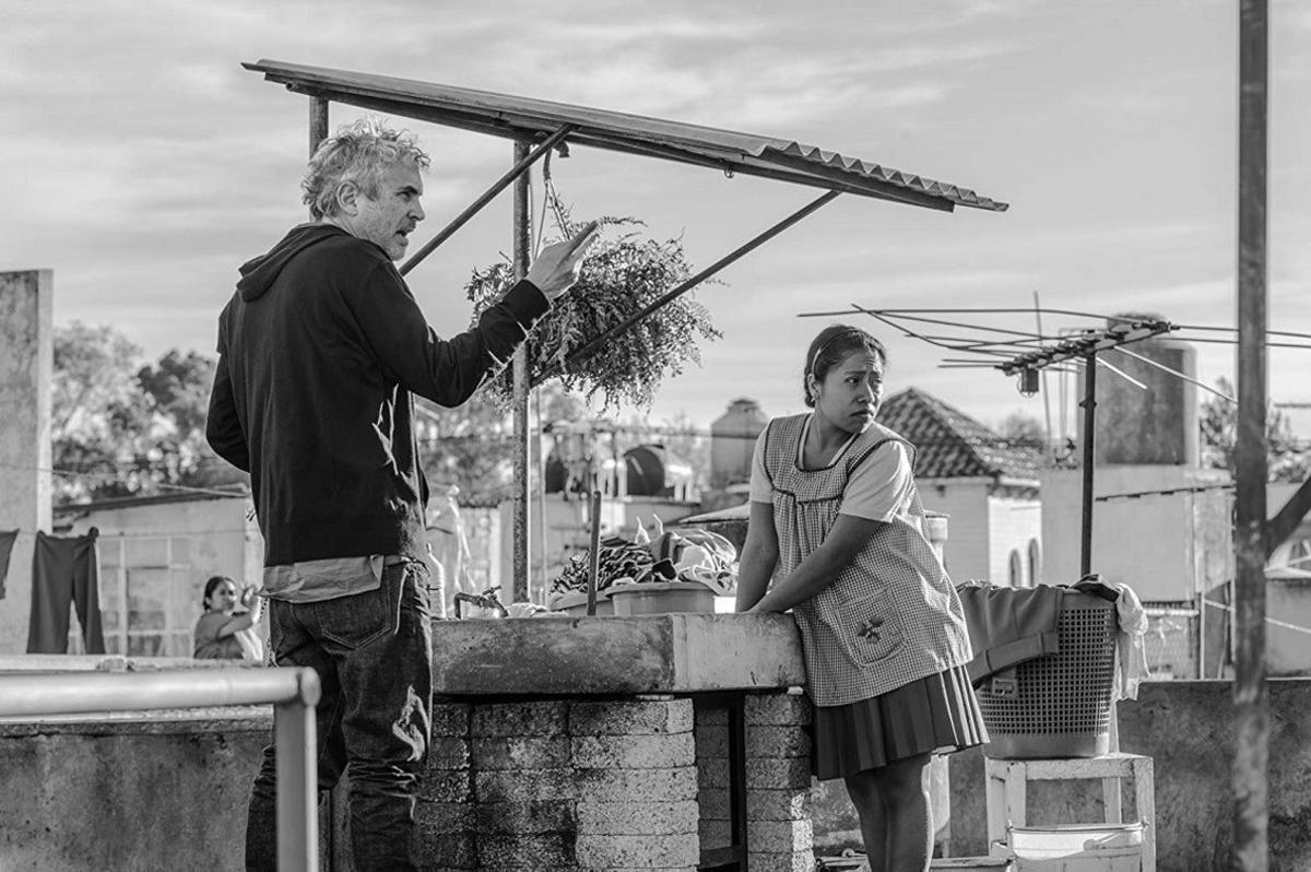Alfonso Cuarón, dando instrucciones durante el rodaje de 'Roma'.