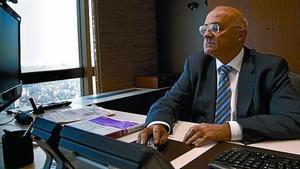 El presidente del Banc Sabadell, Josep Oliu, en su despacho en Barcelona..