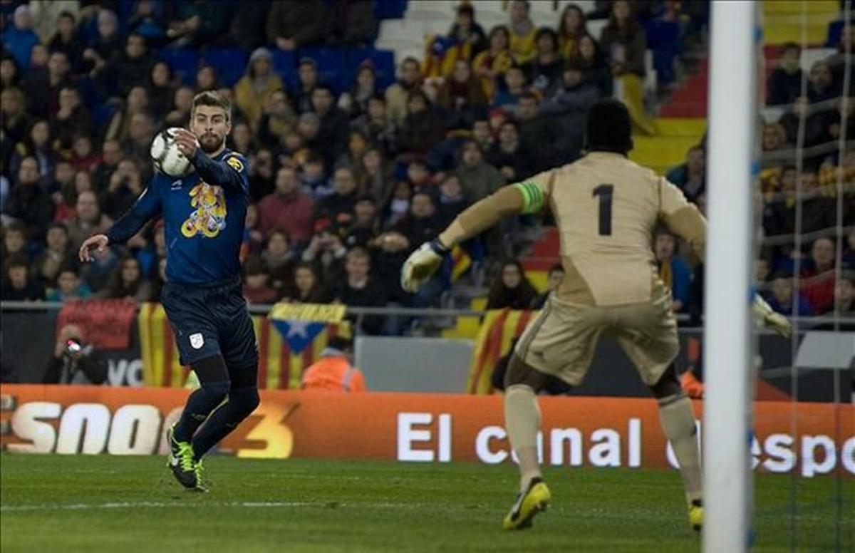 Piqué controla el balón con el pecho ante Nigeria.