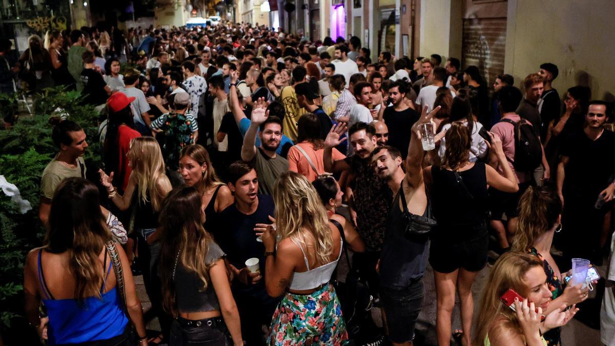 La Guardia Urbana de Barcelona vuelve a desalojar a centenares de jóvenes de las plazas de Gràcia este sábado.