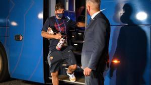 Luis Suárez desciende del autobús camino del estadio antes del Barça-Bayern en Lisboa.