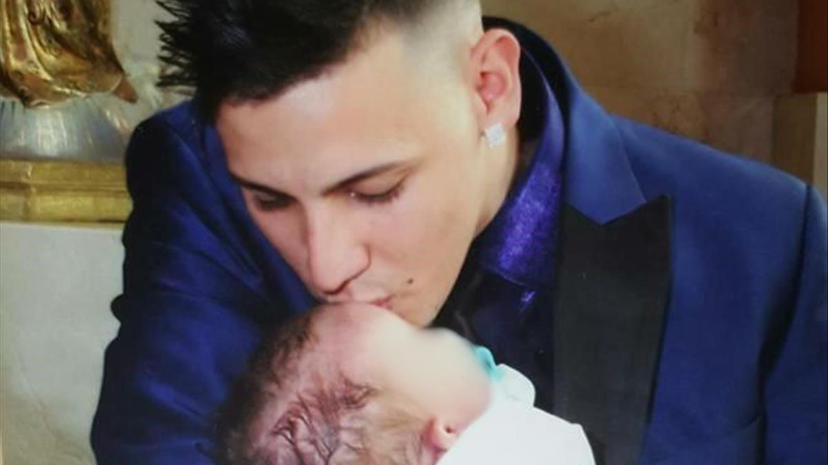 Aaron, en brazos de su padre biológico, Félix Gálvez.