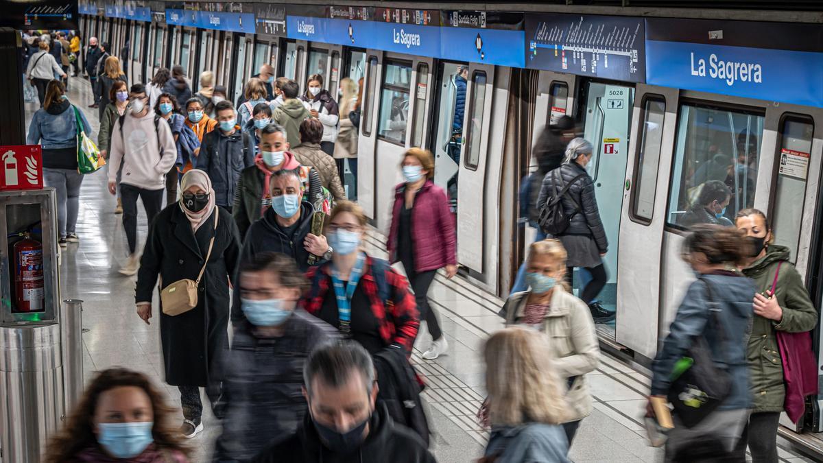 Decenas de ciudadanos circulan por el andén del metro en la estación de Sagrera, en Barcelona