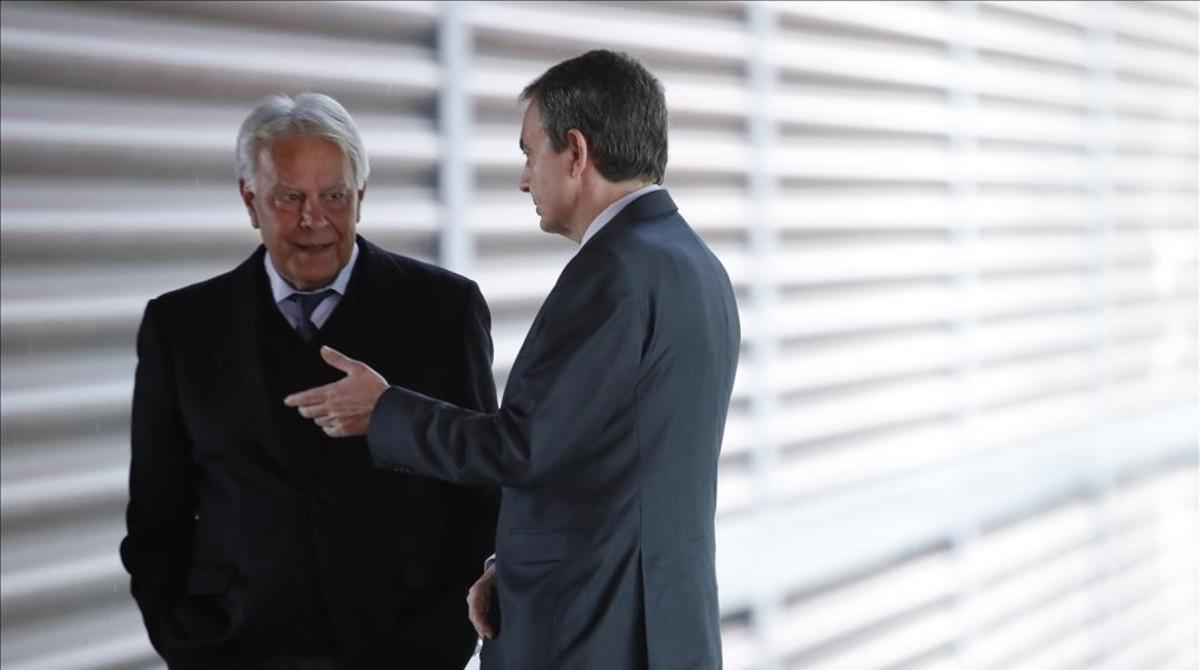Los expresidentes Felipe González y José Luis Rodríguez Zapatero, el pasado lunes en Madrid.