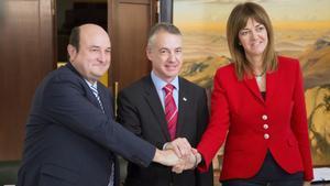GRA155. VITORIA, 22/11/2016.- El presidente del PNV, Andoni Otuzar (i), el lehendakari en funciones y candidato al cargo, Iñigo Urkullu, y la secretaria general del PSE-EE, Idoia Mendia, se estrechan las manos tras haber firmado hoy el acuerdo programático y de estructura de gobierno que hará posible que los dos partidos gobiernen durante los próximos cuatro años en Euskadi en coalición, una fórmula que nacionalistas y socialistas retoman 18 años después de haber compartido ejecutivo por última vez en el País Vasco. EFE/José Ramón Gómez