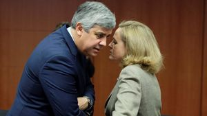 Mario Centeno conversa con Nadia Calviño, el pasado enero en Bruselas.
