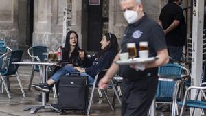 Dos turistas en un bar de la plaza Reial de Barcelona, el mayo pasado.