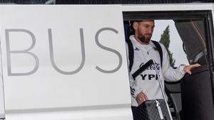 Messi abandona el bus de la selección argentina.