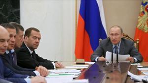 Putin y el primer ministro ruso Medvedev, en una reunión para tratar la temática del dopaje en el país.