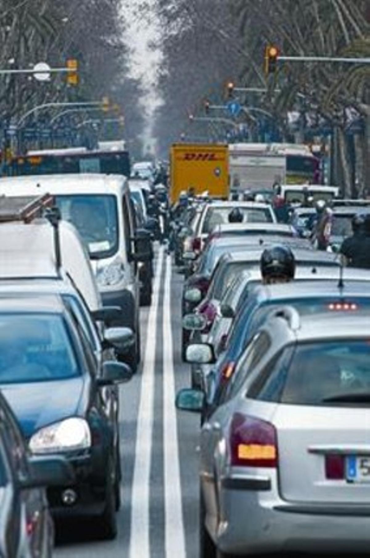 Embotellamiento de tráfico en la Diagonal de Barcelona.