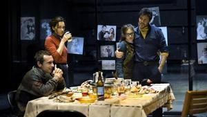 Pablo Derqui, Laura Conejero, Elena Tarrats e Ivan Benet, en una escena de 'L'ànec salvatge'.