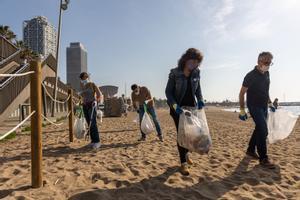 La 'consellera' Jordà recogiendo residuos esta mañana. FOTO DE PORTADA: JORDI OTIX