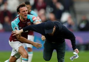 Mark Noble se enfrenta a un hincha radical, en el terreno de juego.