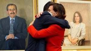 Félix Bolaños en su toma de posesión: Estas cosas ni se pueden pedir, ni se pueden rechazar. En la imagen, Bolaños se abraza a Carmen Calvo en el acto de traspaso de la cartera.