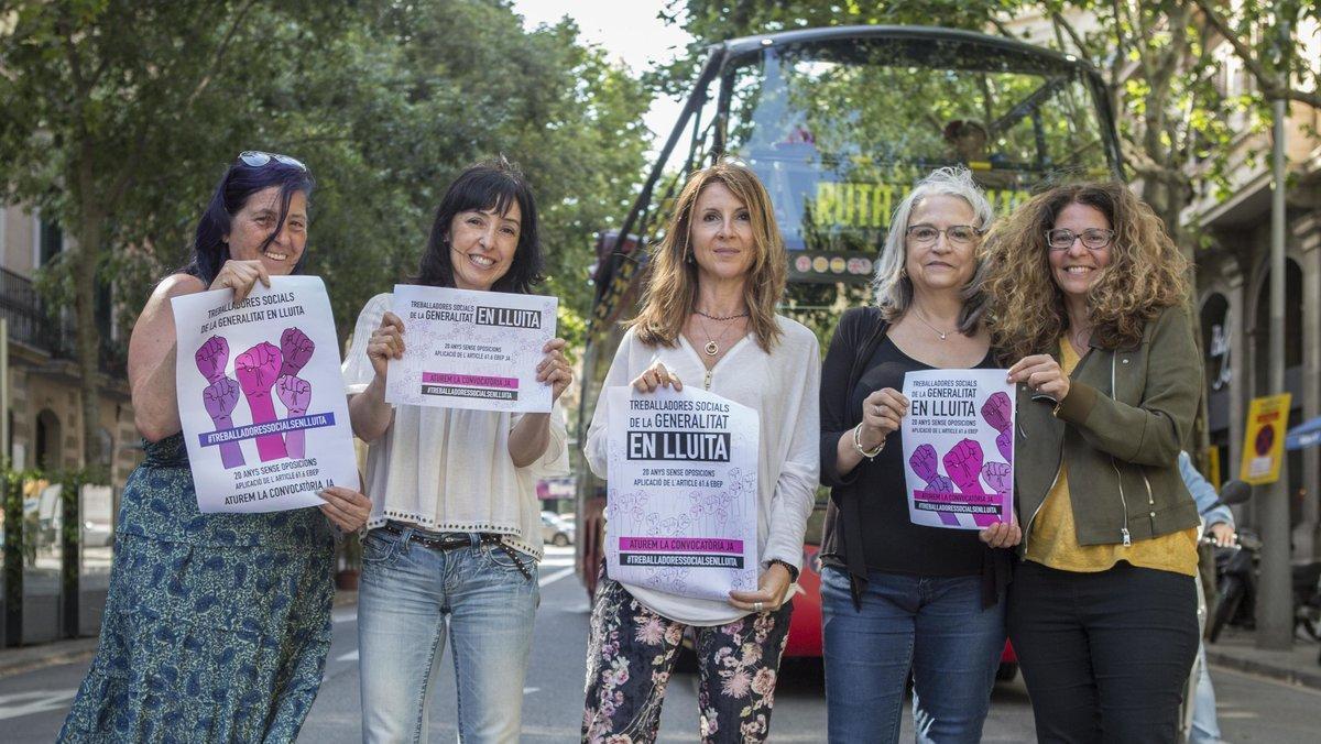 Un grupo de trabajadoras sociales interinas de la Generalitat que reivindican su estabilidad laboral.