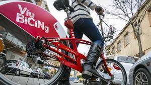 Una usuaria de Bicing, el servicio público de alquiler de bicicletas de Barcelona.