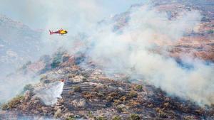 Un helicóptero trabaja en la extinción del incendio del Cap de Creus.