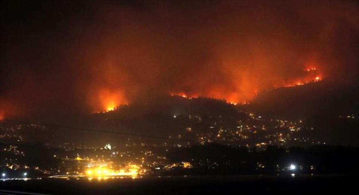 El fuego se acerca a las casas de Redondela, en el área metropolitana de Vigo (Pontevedra).
