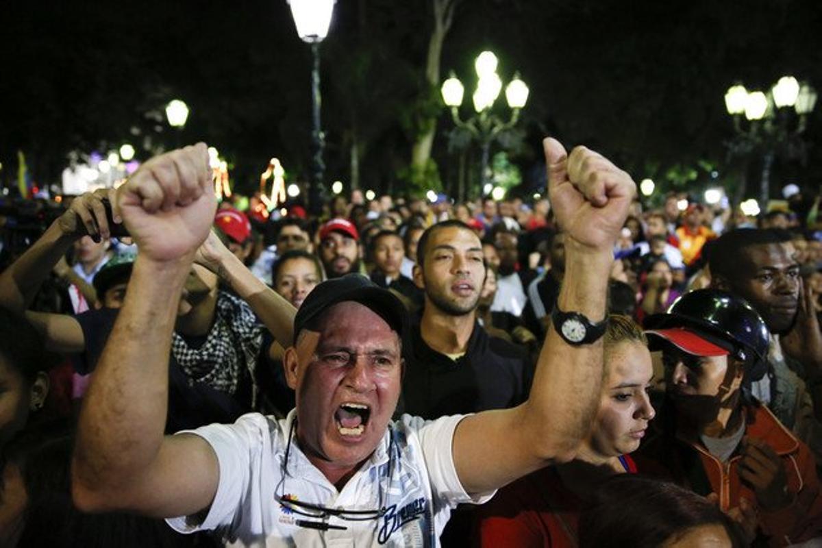 Seguidores de Maduro celebran la victoria chavista en la plaza Bolíver de Caracas.