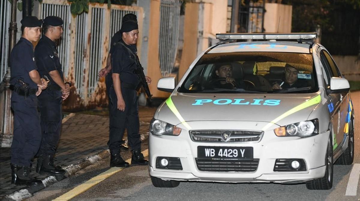 La policía malasia, durante un operativo oficial.