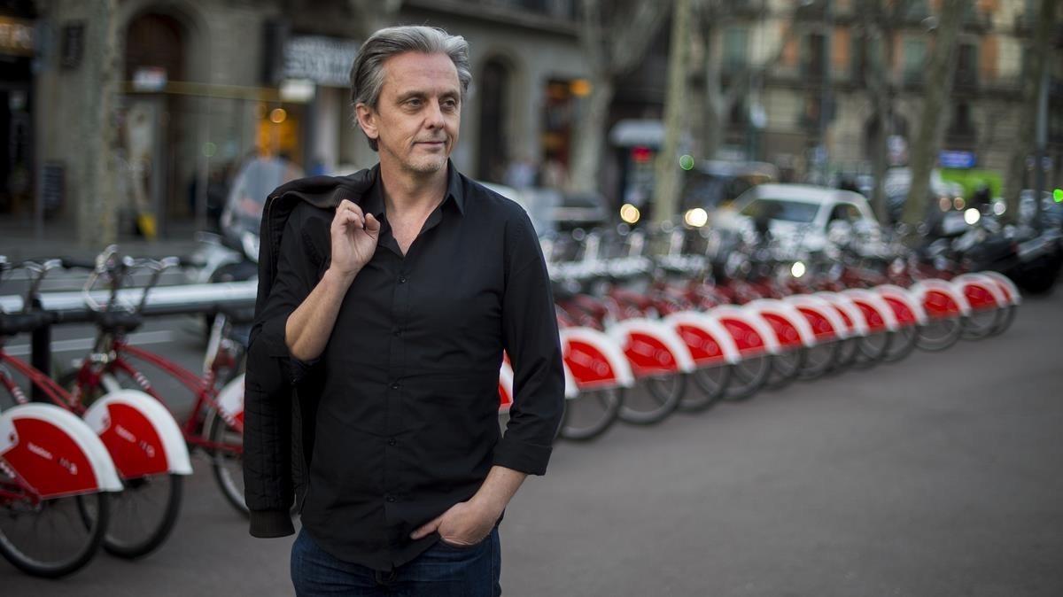 Mikael Colville-Andersen, en marzo, por las calle de Barcelona.