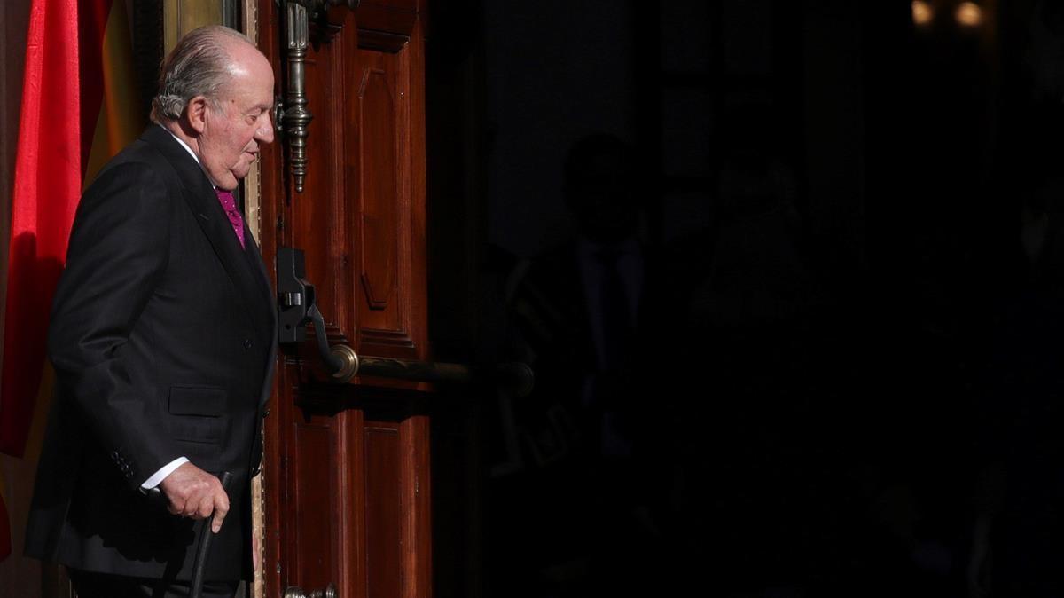 El Rey emérito Juan Carlos I en el exterior del Congreso de los Diputados.
